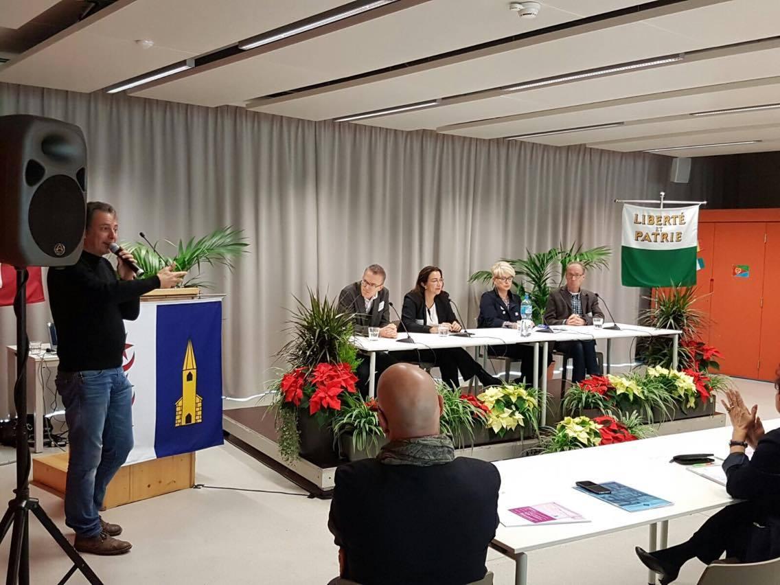 Au micro tout à gauche, Florian Barbey de Radio chablais; sur l'estrade de la maison de quartier Jaman 8, le Professeur Etienne Piguet, Cesla Amarelle, ...